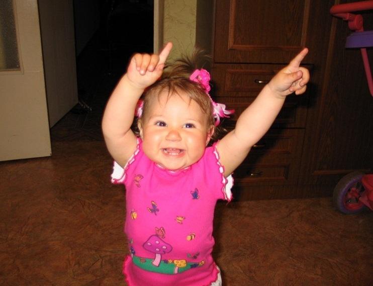 Дедушкой картинки, девочка прикольно танцует под прикольную музыку