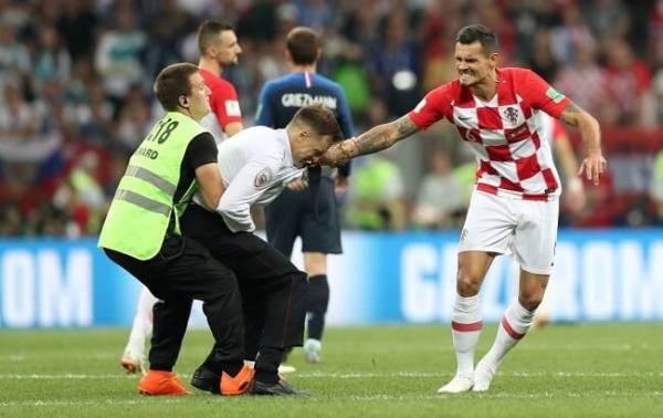 Пусси Райт на поле матча Франция-Хорватия