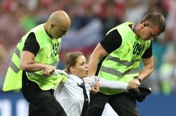 Люди выбежали на поле матча Франция-Хорватия