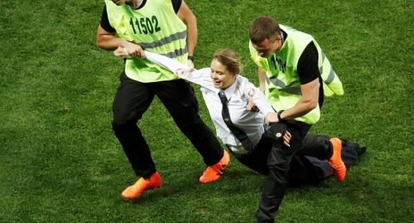 Кто выбежал на поле во время матча