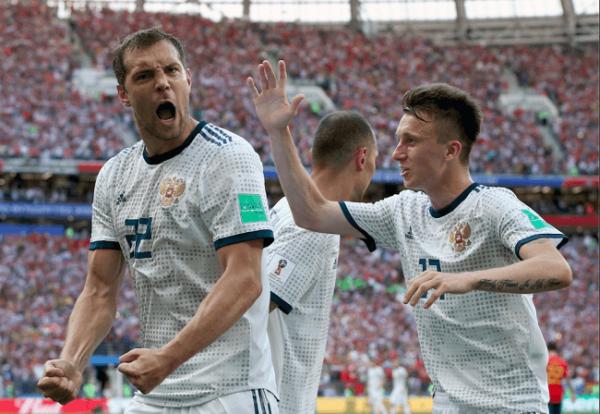 Дзюба, Черышев, Игнашевич после победа над Испанией