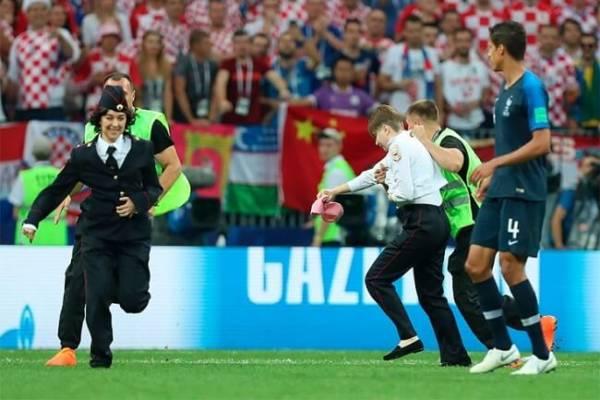 Активисты Пусси Райт выбежали на поле во время финального матча ЧМ-2018