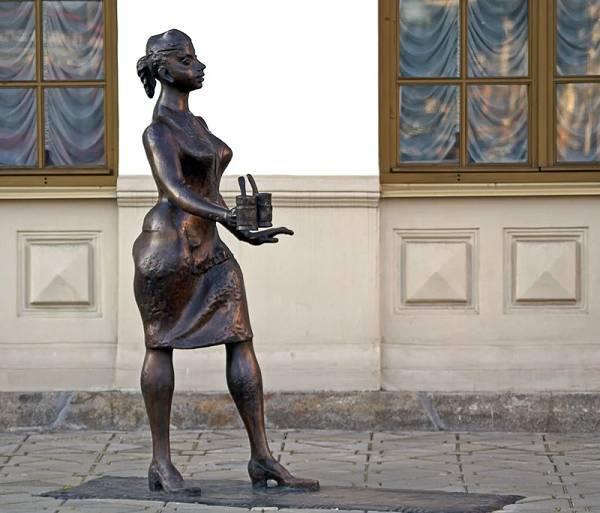 Проводница с граненым стаканом - скульптура в Екатеринбурге